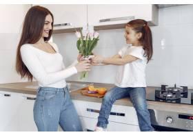 母亲带着女儿在家_8355464