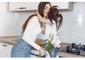 母亲带着女儿在家_8355465