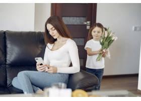 母亲带着女儿在家_8355467