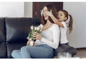 母亲带着女儿在家_8355470