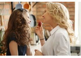 母女俩在厨房吃草莓_7785053