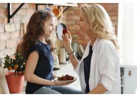 母女俩在厨房吃草莓_7785054