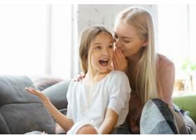 母女俩在家中共度欢乐的一天_8452038