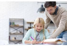 父亲和女儿在做作业_7732319