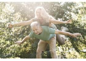 在公园里闲逛的老年夫妇_7778173