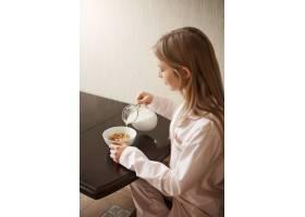 垂直拍摄的照片中漂亮的金发女儿穿着舒适_8358035