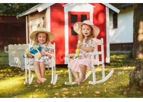 夏天可爱的戴着帽子的金发小女孩拿着柔软_7764617