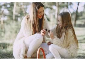 夏日森林里优雅的母亲带着女儿_8819052