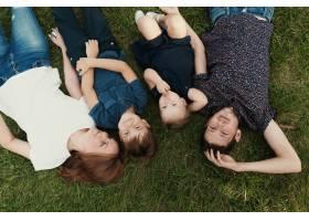 孩子们躺在草地上的全家福_7808364