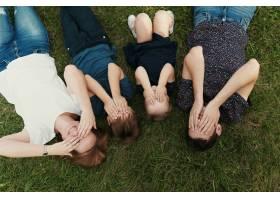 孩子们躺在草地上的全家福_7808365
