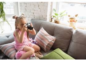 安静的小女孩在卧室里醒来穿着可爱的睡衣_8265124