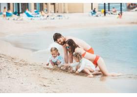 家庭度假夏日海边的父母和孩子_8264599