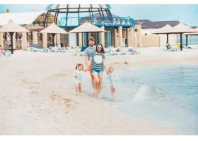 家庭度假夏日海边的父母和孩子_8264602