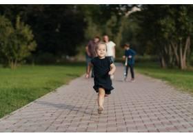 小女孩奔跑着而她的家人则跟在她后面_7808397