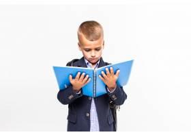 那个手里拿着书的小学生挂在白色的墙上_8472453