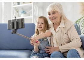 祖母和女孩在家中自拍_8622964