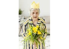 祖母手持鲜花的肖像_9149098