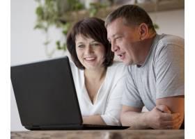 祖父母正在进行视频通话的前视图_8401933
