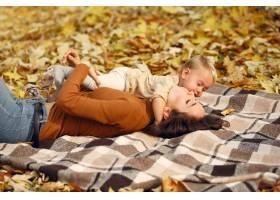 秋天公园里可爱时髦的一家人_9245314
