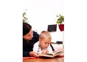 母子俩一起读书_8163465