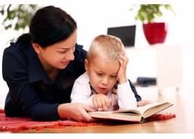 母子俩一起读书_8163473