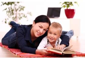 母子俩一起读书_8163476