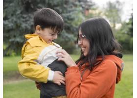 母子俩在公园里玩得很开心_9010263
