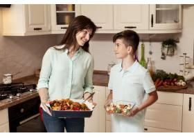 母子俩在厨房做饭_9266473