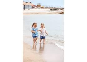 海边的孩子们沿着海水走的双胞胎_8264588