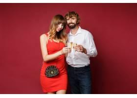 深色头发的女人和她的丈夫拿着香槟_9197999