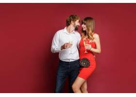 深色头发的女人和她的丈夫拿着香槟_9198003