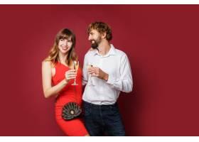 深色头发的女人和她的丈夫拿着香槟_9198009