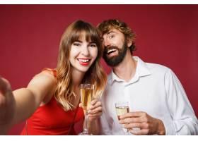深色头发的女人和她的丈夫拿着香槟_9198015