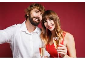 深色头发的女人和她的丈夫拿着香槟_9198018
