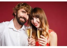 深色头发的女人和她的丈夫拿着香槟_9198020