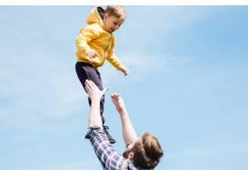 父亲和儿子一起在城市公园里玩耍_7927362