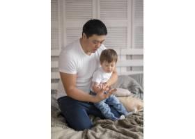 父亲和儿子一起玩耍_7796478