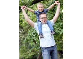 父亲和儿子在公园里玩得很开心_8024002