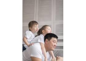 父亲和孩子们一起玩耍_7796486