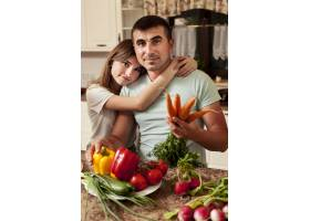父亲在厨房做饭时和女儿合影留念_9266370