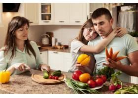 父亲在厨房做饭时被女儿拥抱_9266377