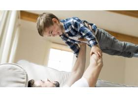 父亲在空中抱着他的孩子_8681778