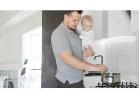 父亲带着孩子做饭_8009792