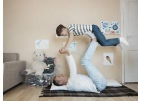 父亲把儿子举在空中_7732560