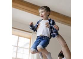父亲把儿子举在空中_8684108