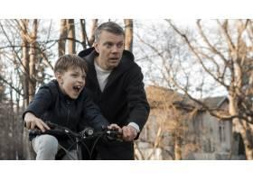 父亲教他的儿子如何骑自行车_7733463