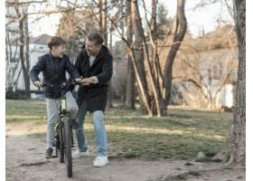 父亲教他的儿子如何骑自行车远见卓识_7733464