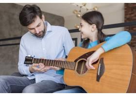 父亲教女孩弹吉他_8218266
