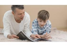 父亲节父子俩一起读书_7732812