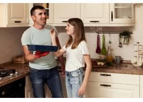 父女俩在厨房做饭_9266402